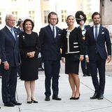 Die schwedische Königsfamilie posiert für ein Gruppenbild.