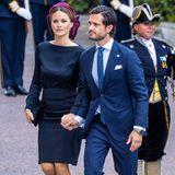 Weiter geht's zum Parlamentsgebäude Riksdag. Prinzessin Sofia und Prinz Carl Philip halten bei ihrer Ankunft ganz romantisch Händchen.