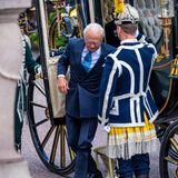 König Carl Gustaf steigt aus der Kutsche.
