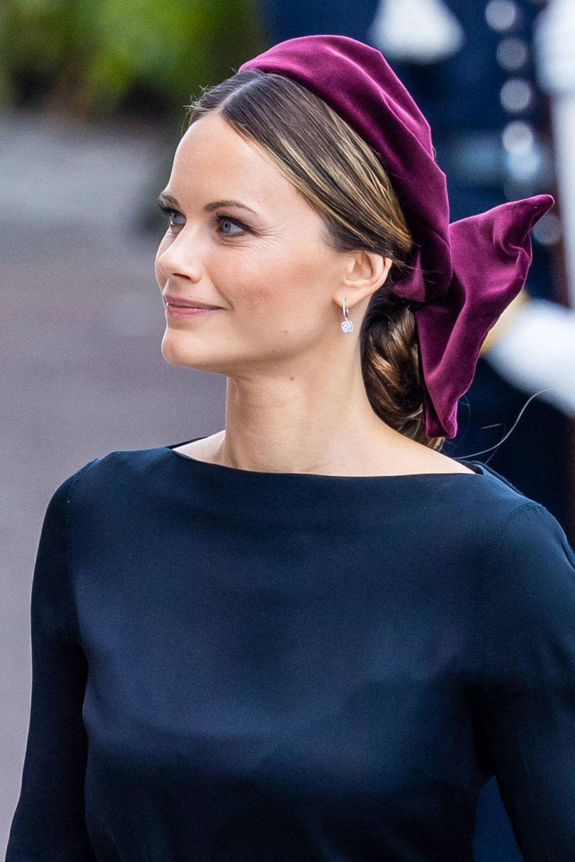 Ihre Haare hat Sofia mit einem großen beerenfarbenen Band aus Samt zusammengenommen.