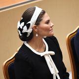 Als Prinzessin Victoria im Riksdag Platz nimmt und der Rede ihres Vaters lauscht, zeigt sich auch ihr hübscher Haarschmuck.