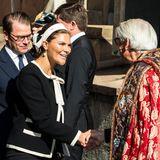 Prinzessin Victoria wird herzlich vom Pastor begrüßt.