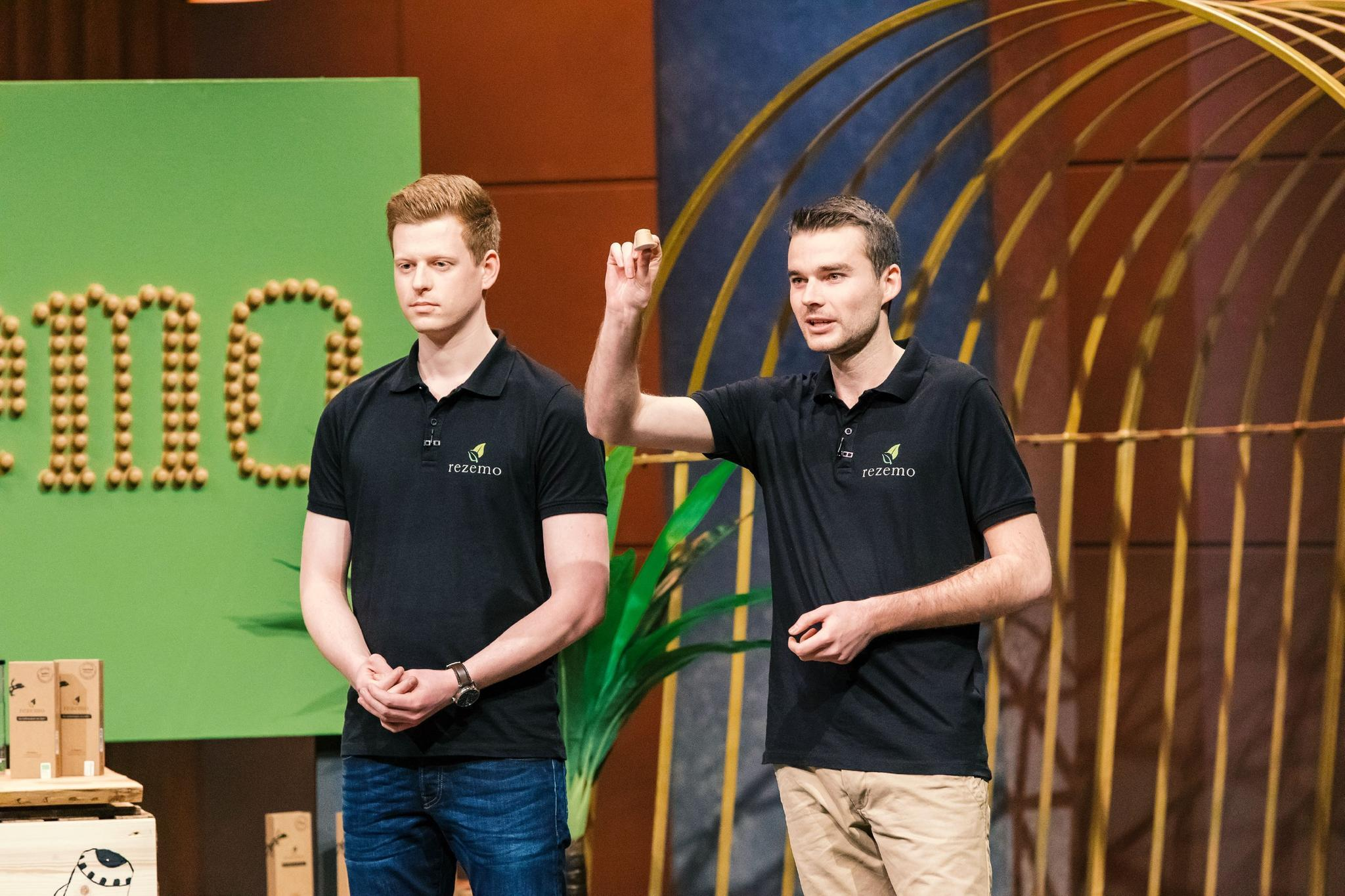 """Stefan Zender (l.) und Julian Reitze präsentieren bei """"Höhle der Löwen"""" mit """"Rezemo"""" Kaffeekapseln aus Holz."""