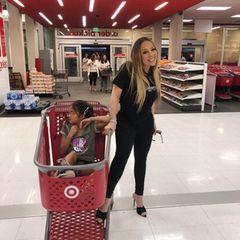 """Eigentlich ist für Mariah Carey nurdas Bestegut genug. Umso überraschender ist esdie Pop-Diva abseits des Glamours beim Shopping in einem Schnäppchen-Supermarkt anzutreffen. Dies war übrigens der Wunschihrer Tochter, die sich ziemlich bodenständigeinen Einkaufsbummel mit Mama bei """"Target"""" gewünscht hat."""