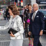 Königin Silvia und König Carl Gustaf erreichen die Musikhalle.