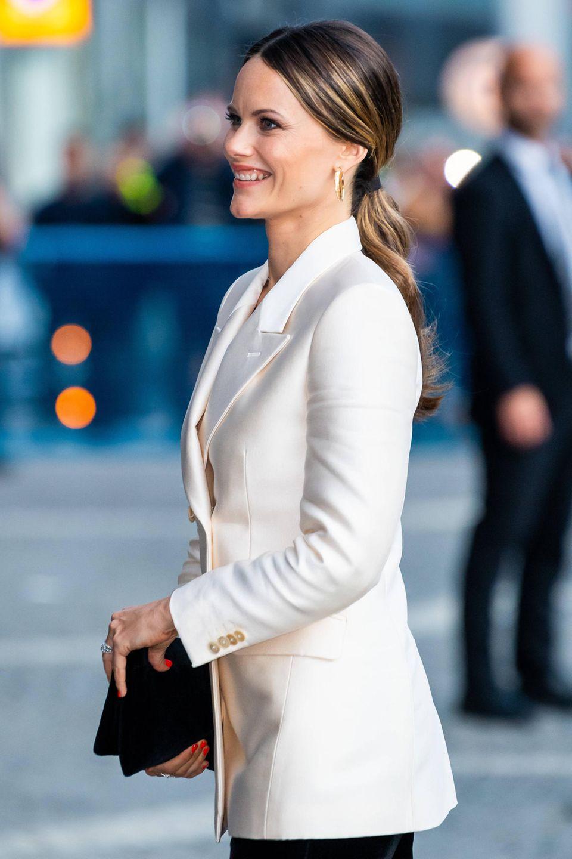 Sofia trägt einen eleganten cremefarbenen Blazer.