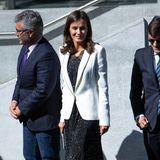 Bei ihrem Outfit setzt sie auf einen schlichten weißen Carolina Herrera-Blazer, schwarze Pumps und auf eine Kombination aus Shirt und Top mit Sternchen-Print. Beides ist vom spanischen Label Poète und kostet zusammen gerade mal 100 Euro.