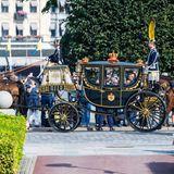 Die königlichen Kutschen fahren vor dem Riksdag vor.