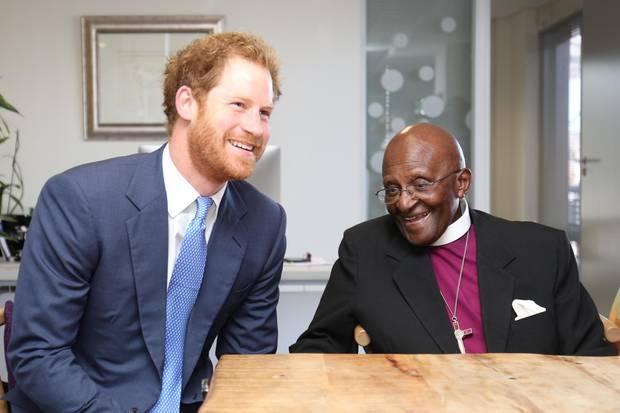 Prinz Harry und Desmond Tutu trafen bereits im November 2015 aufeinander, damals ebenfalls in Kapstadt. Im März 2014 nahmen Harry und Tutu an einem Trauergottesdienst für den verstorbenen Nelson Mandela in der Westminster Abbey teil.