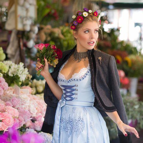 Dirndl-Outfit von Victoria Swarovski, blaues Dirndl, Blumenkranz, Jacke, Blumen