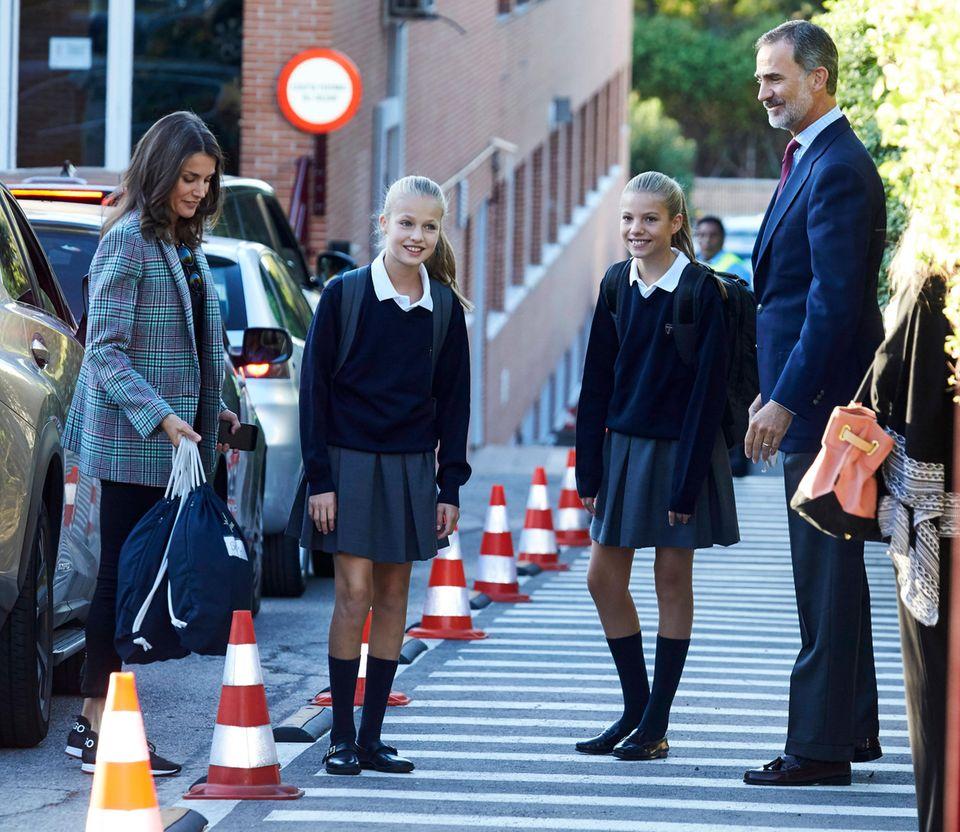 Königin Letizia und König Felipe bringen ihre Töchter selbst zurPrivatschule Centro Privado de Enseñanza Santa María de los Rosales in Madrid.