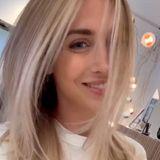 Ann-Kathrin Götze hat vor ihrem letztenFriseurbesuch eine Styling-Umfrage gestartet mit dem Ergebnis: Ihre Fans wollen sie blonder sehen. Die Frau von Fußball-Star Mario Götze zögert nicht lange und strahlt wenige Stunden später mit neuer Haarfarbe in die Kamera – auch wir finden es super.