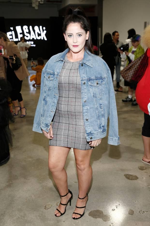 Oje, Teen Mom-Star Jenelle Evans saham Rande der New York Fashion Week fast schon nach Theaterschminke aus: Ihr Gesicht war viel zu hell gepudert, Hals, Haaransatz und Beine waren gebräunt undviel dunkler.