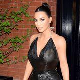 Kim Kardashian sorgt mit ihren knappen Outfits immer gerne für Aufregung. Bei diesem transparenten Top setzt das Blitzlicht der Kameras die nackten Brüste des Stars ziemlich offenkundig in Szene.