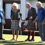 11. September 2019  Im Rahmen ihrer Schottland-Reise sind Prinz Charles und Gattin Camilla zu einer Runde Bowls, dem britischen Kugelsport,in Garlieston geladen. Als Camilla an der Reiheist, nimmt Charles ihr aufmerksam das Täschchen ab.