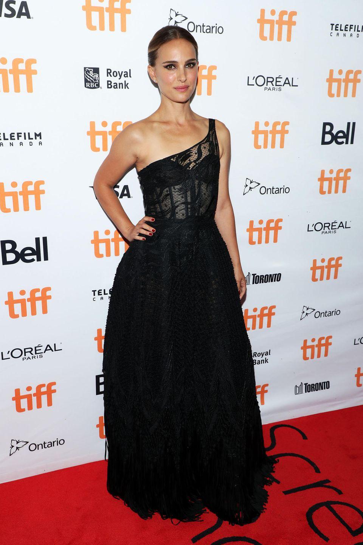 """Natalie Portman stellt ihren Film """"Lucy in the Sky"""" vor– in einem dramatischen One-Shoulder-Kleid aus Spitze von Christian Dior."""