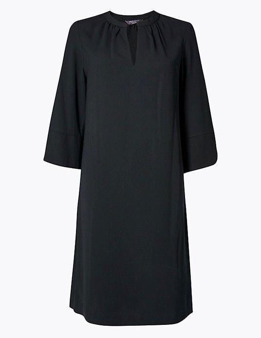 """Das Crepe Shift Dress, auch bekannt als """"Smart Set Dress"""", gibt es für 22 Euro bei """"Marks & Spencer""""."""