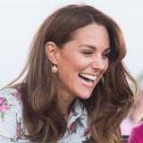 """Kate hat gut lachen: Die Ohrringe, die sie bei der der """"Back to Nature""""-Veranstaltung zu ihrem Emilia Wickstead-Kleid trägt, sind von Accessorize und aktuell sogar im Sale – sie kosten statt 6 Euro nur noch 1,70 Euro."""