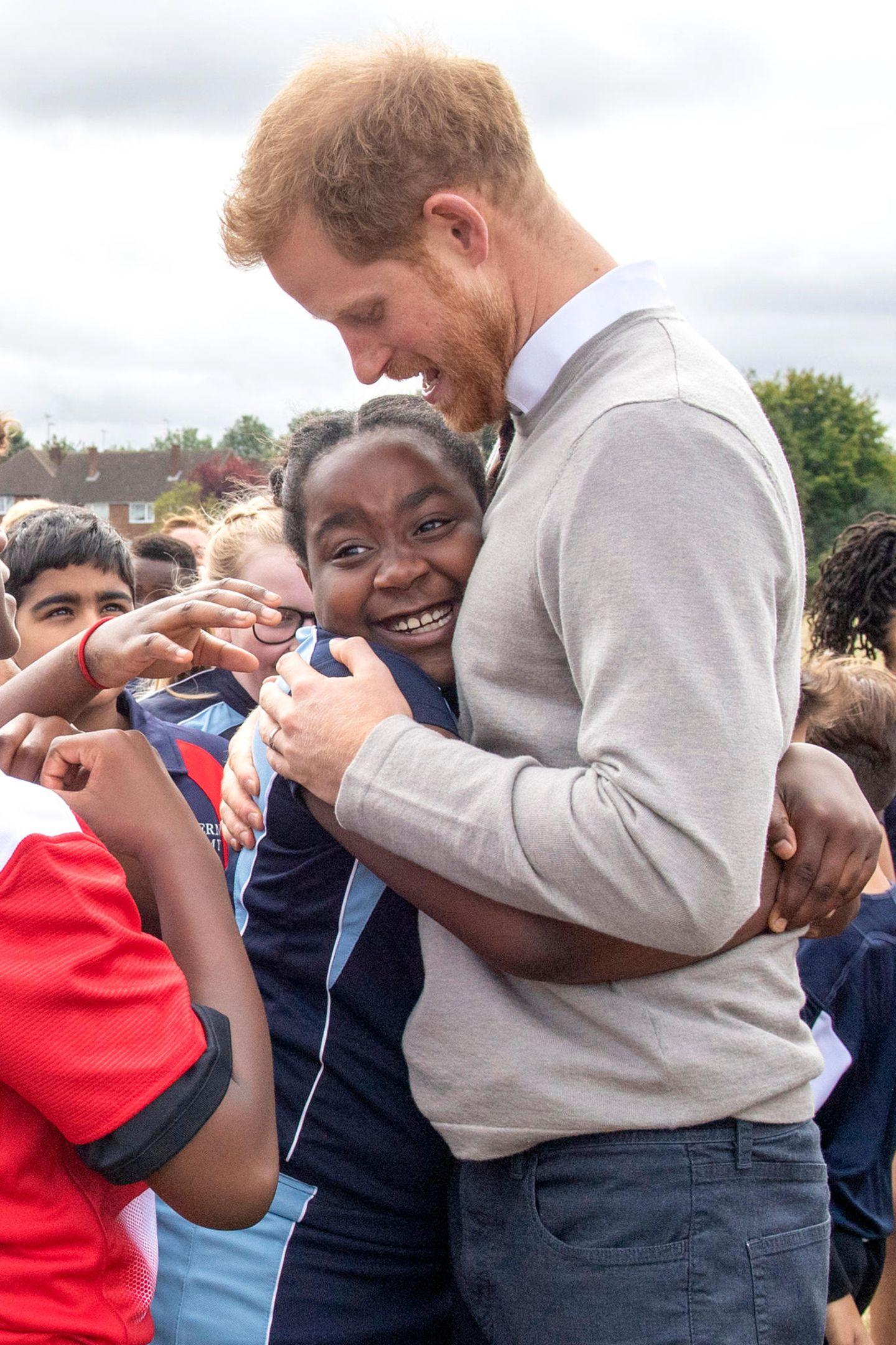 12. September 2019  Bei seinem Besuch gibt sich Prinz Harry gewohnt offen und herzlich. Die Schüler sind begeistert und nehmen den royalen Gast stürmischin Empfang.