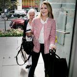 """Bestens gelaunt und top gestylt erscheint Prinzessin Madeleine von Schweden bei der Produktion des Dokumentarfilms """"Catwalk"""" in New York. Ihr schlichtes Business-Outfit bekommt durch den rosafarbenen Tweed-Blazer eine sommerlich-frische Note."""