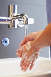 Häufiges Händewaschen kann zu Hauttrockenheit führen.