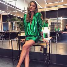 Zumindest bei ihrem Outfit für die Bertelsmann-Party setzt Sophia auf sattes Smaragdgrün. Das kurze Glitzerkleid betont ihre tollen Beine, die sie mit transparent-goldenen Pumps sowieso schonSzene setzt.