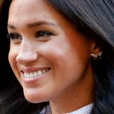 Herzogin Meghan strahlt mit einem ganz besonderem Accessoire während der Premiere ihrer neuen Modekollektion: Es sind die Ohrringe, die bereitsDiana einst im Rahmen einer Kanada-Reise im Mai 1986 getragen hat.