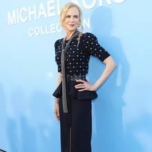 Nicole Kidman betont ihre super-schlanke Silhouette in einem unifarbenen Look: Die spitzen Pumps und der mittig geschlitzte Bleistiftrocklassen ihre langen Beine endlos aussehen. Das Schößchen am Rock und der breite Gürtel setzen die schmale Taille dazu auch noch perfekt in Szene.