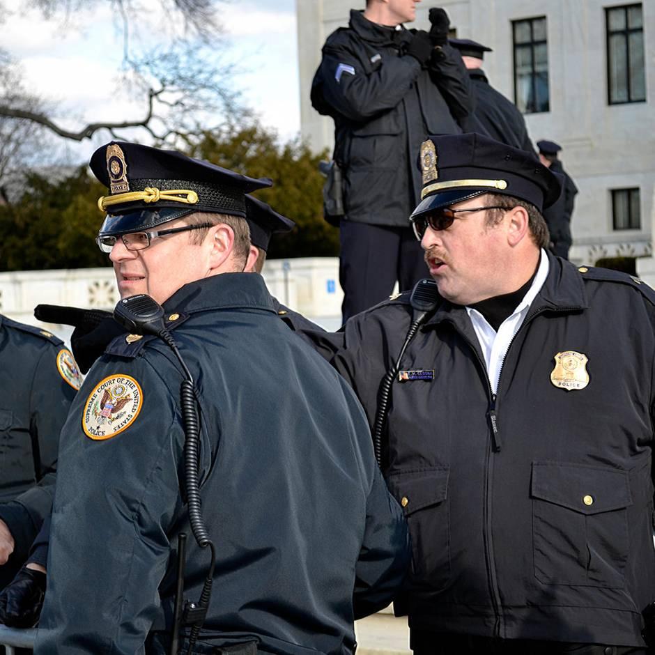 """US-Polizei sucht Kriminellen, der """"Breaking Bad"""" Walter White verblüffend ähnlich sieht"""