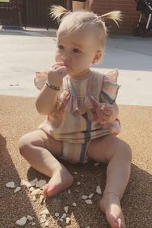 12. September 2019  Hilary Duff postet auf Instagram ein niedliches Bild ihrer TochterBanks Violet. Im gestreiften Einteiler und mit frechen Zöpfchen mampft die Kleine fröhlich vor sich hin.