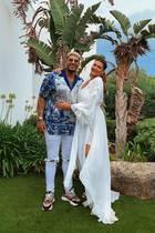 Star-Bloggerin Farina Opoku, alias Novalanalove, feiert in einer weißen Robe mit Spitzeneinsatz am Dekolleté und sexy Beinschlitz ihre Pre-Wedding mit DJ Yeez (bürgerlich Pouya Yari). Ein tolles Highlight sind ihre rot geschminkten Lippen.
