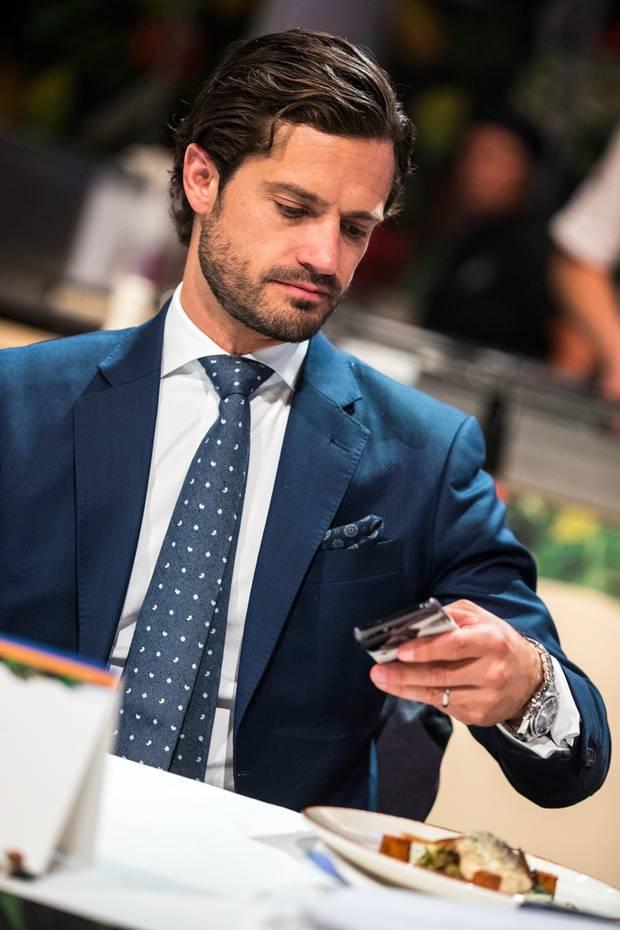 """13. September 2019  Als Jurymitglied kürt Prinz Carl Philip in Stockholm den """"Årets kock"""", den """"Koch des Jahres"""". Während der Verkostung muss er auch mal sein Handy in die Hand nehmen."""