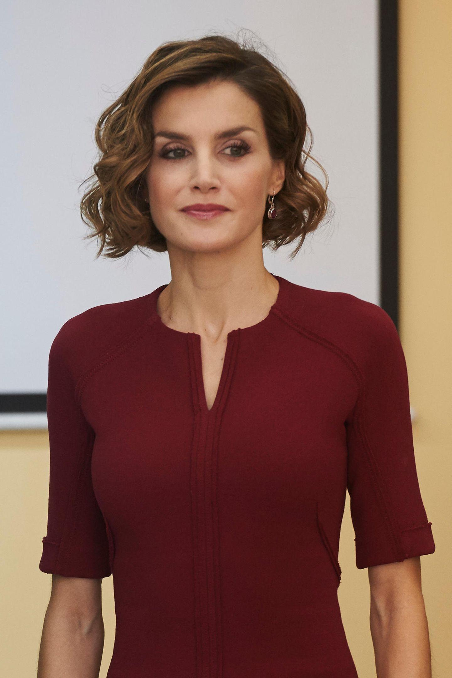 Oktober 2015  Die kurzen, leicht gewellten Haare stehen der Königin von Spanien sehr gut. Zum bordeaux-farbenen Kleid wählt die hübsche Spanierin ebenfalls einen dunkelroten Lippenstift.