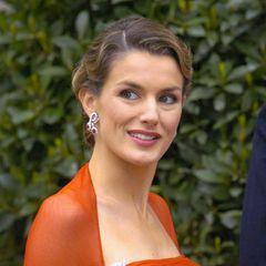 Mai 2004  Mit einer aufwendigen Wasserwelle und auffälliger Robe besucht die damalige Prinzessin von Spanien die Hochzeit von PrinzFrederik undMary von Dänemark.
