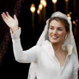 Mai 2004  Am Tag ihrer Hochzeit mit Felipe strahltLetizia Ortiz in einer weißen Robe des spanischen DesignersManuel Pertegaz.