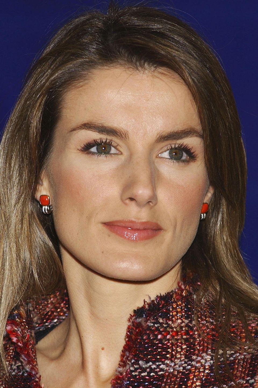 """März 2005  Letizia betont besonders gerne ihr dunkelgrünen Augen mit einem Kajalstrich am unteren Lidrand. So auch beim Besuch der""""Bartolome de las Casas"""" Awards in Madrid."""