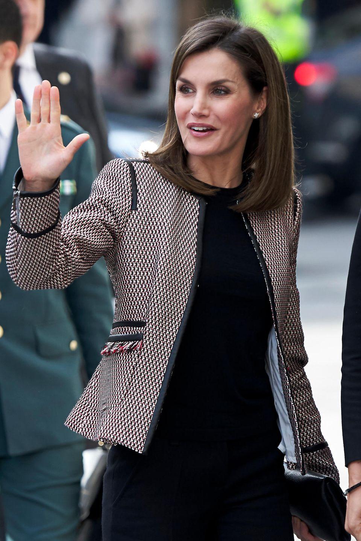 April 2018  So kennen und lieben wir sie: Königin Letizia winkt gut gelaunt in einem schicken Blazer und glatt geföhnten Haaren den spanischen Fans zu.