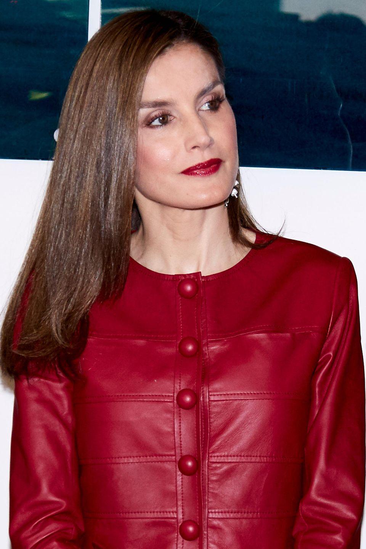 Mai 2017  Lady in Red: Mit glattem, glänzenden Haar und roten Lippen zeigt sich die damals 43-Jährige auf dem 40. Geburtstag der Reina Sofia Alzheimer Foundation.