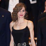 Oktober 2016  Königin Letizia präsentiert auf der XXV Musical Week in Oviedo ihr muskulösen Arme und ihre schlanke Taille. Die Haare trägt die Frau von Felipe gewellt und auf Schulterlänge.