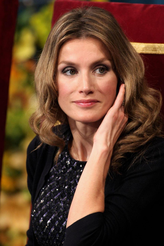 Oktober 2009  Anlässlich derPrince of Asturias Awards 2009 trägt die heutige Königin von Spanien leicht gewelltes Haar und Smokey-Eyes.