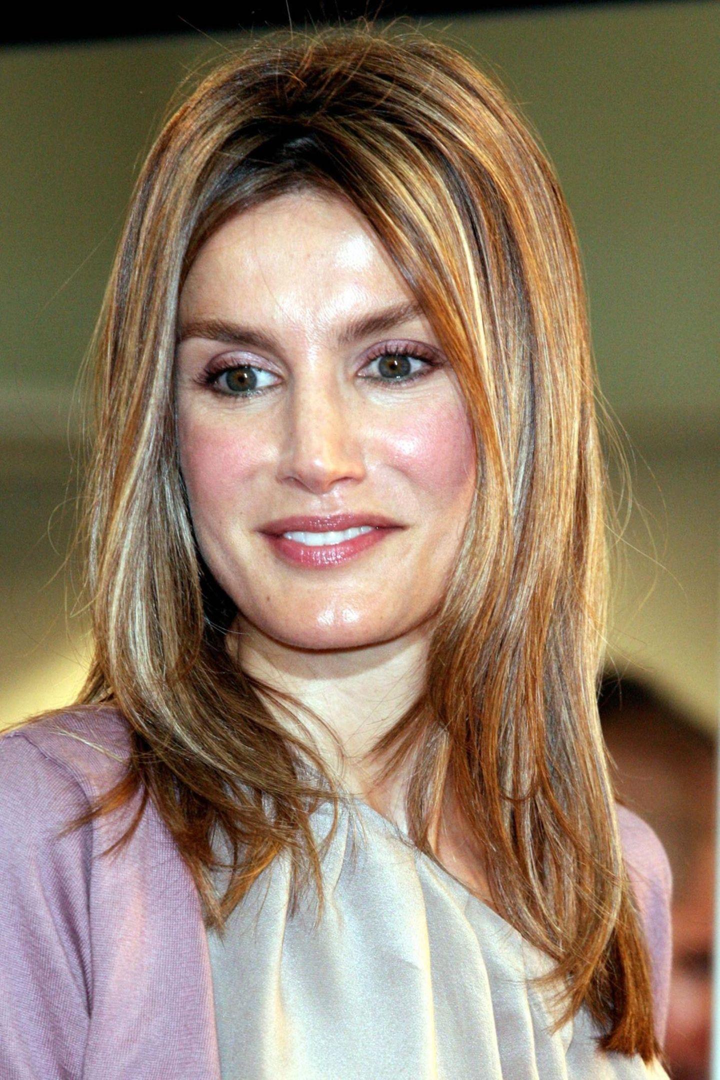 September 2010  Mit einem auffälligen Glow im Gesicht erscheint Letizia auf der Fashionweek in Madrid. Ihr brünettes Haar ist von blonden Highlights durchzogen.