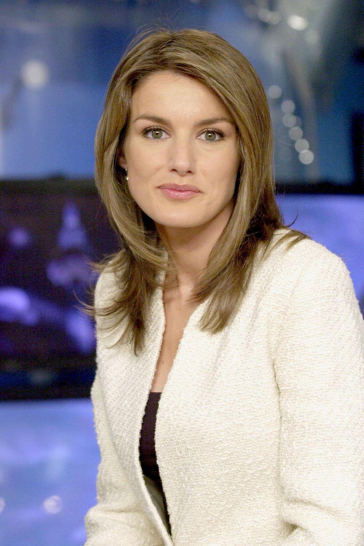 November 2003  Am 1. November 2003 hat das spanische Königshaus die Verlobung von Felipe und der damaligen Journalistin LetiziaOrtiz Rocasolano bekannt gegeben. Die damals 31-Jährige trägt einen schrägen Mittelscheitel und ihre Haare durchgestuft und auf Schulterlänge.
