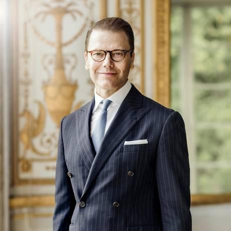 15. September 2019  Grattis, Prinz Daniel! Der beliebte Royal feiert heute seinen 46. Geburtstag, und das schwedischeKönighaus hat dafür im Gustav-III-Pavillion auf Schloss Haga dieses schmucke Porträt anfertigen lassen. Mit dem Geburtsdatum ist der Prinz übrigensnicht allein. Auch Königin Letizia und Prinz Harryfeiern heute ihren Ehrentag.