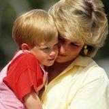 15. September 2019  Happy Birthday, Prinz Harry! Dianas Zweitgeborener feiert heute seinen 35. Geburtstag. Aus dem kleinen Prinzen, hier im Sommerurlaub 1987 auf Mallorca, ist mittlerweile selbst ein Vater geworden. Schauen Sie mit uns zurück auf die schönsten Kinderbilder von ihm und seinem großen Bruder Prinz William.