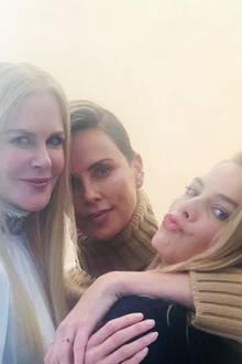 """Ein tolles Dreiergespann geben Nicole Kidman, Charlize Theron und Margot Robbie ab. Charlize selbst witzelt unter diesem Instagram-Post, dass die drei jetzt in einer Beziehung wären. DieFilmkolleginnen spielen gemeinsam in dem Film """"Bombshell"""", der den Belästigungsskandal um den ehemaligen Fox-News-Chef Roger Ailes behandelt."""