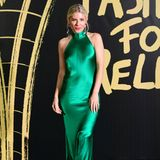 Für eine hochgeschlossene Variante entscheidet sich Sienna Miller. Ihr Seidenkleid bringt die Schauspielerin nicht nur zum Leuchten, sondern zaubert Siennaauch eine großartige Silhouette.