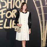 Stil-Ikone Alexa Chung überzeugt uns in einem gewebten Kleid mit Lack-Puffärmeln und durchgehender Knopfleiste. Die auffällige Kreation stammt aus dem italienischen Designerhaus Dolce & Gabbana.