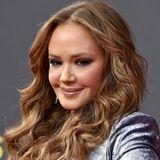 Bei ihrem Auftritt auf dem roten Teppich der Creative Emmy Awards irritiert Leah mit ihrer maskenartig und übermäßig gestrafft wirkenden Mimik.  Bevor der natürliche Charakter eines Gesichtes mit Botox + Co. lahmgelegt wird, sollte man auf weitere Besuche beim Beauty-Doc vielleicht doch eher verzichten.