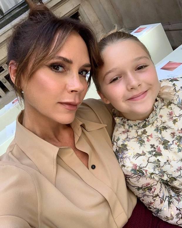 15. September 2019  Kurz bevor die Show von Victoria Beckham während der Fashion Week in London losgeht, nutzen Mutter und Tochter die Zeit noch für ein schnelles Selfie. Harper ist schließlich der Lieblingsgast der Designerin!