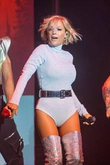 Schlagerstar Michelle gibt auf der Bühne alles: In einem Rollkragen-Body mit Taillengürtel kommt nicht nur perfekt ihre schlanke Silhouette zum Vorschein, die silberfarbenen Glitzer-Overknees geben dem Look das gewissen Extra.